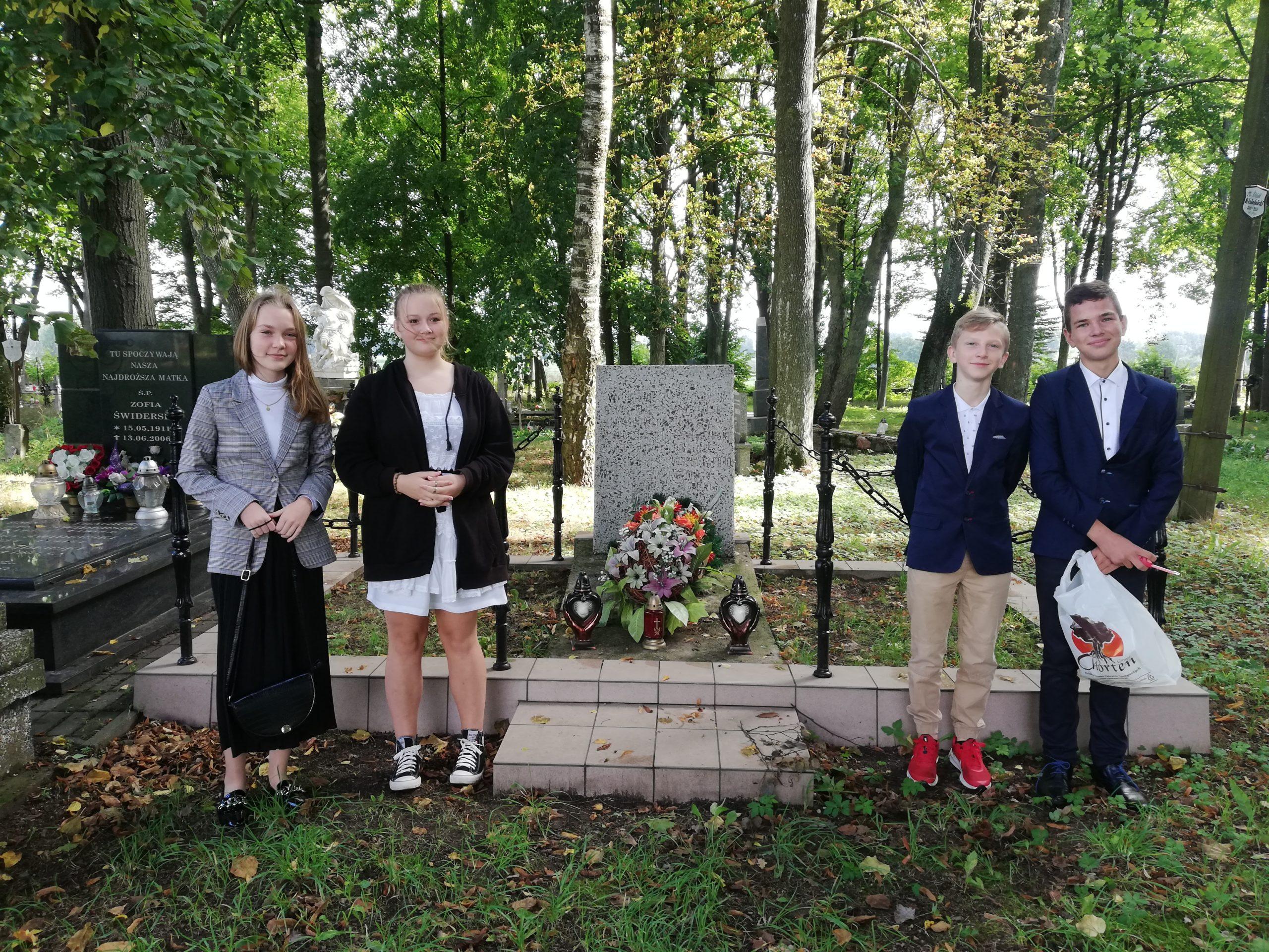 uczniowie sp stawiski na starym cmentarzu