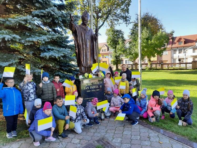 dzieci przy pomniku JP II w Stawiskach